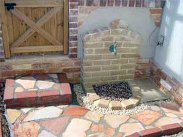 レンガと乱形石がマッチしたナチュラルガーデン