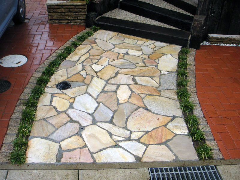 乱形石のバランスが美しい配置の玄関アプローチ