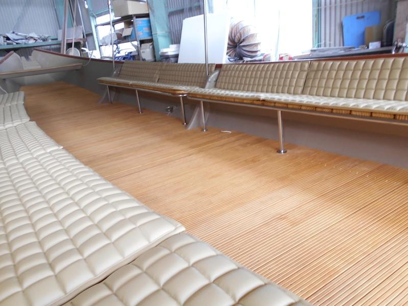 シークルーズ船内の床とベンチ