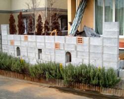 【施工前】苦闘の末完成したブロック塀にセンプラムを塗って行きます。